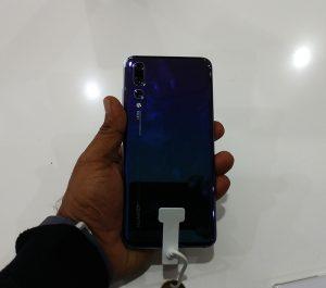 Huawei-P20-Pro-Shiny-back-panel---3-cameras-LED-light