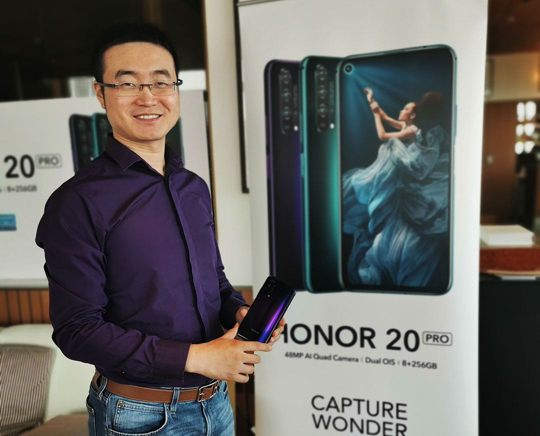 Chris-Sun-Baigong,-President-of-HONOR-MEA_with_HONOR_20_PRO_smartphone