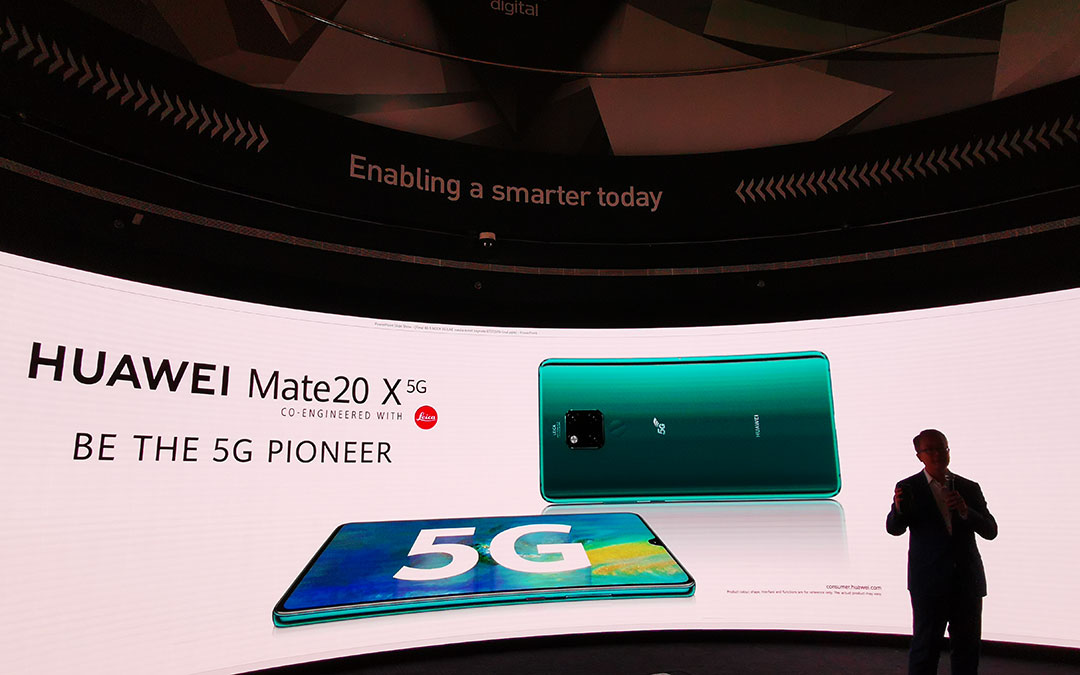 David-Wang_Introducing_the-Huawei_Mate_20X_5G_smartphone