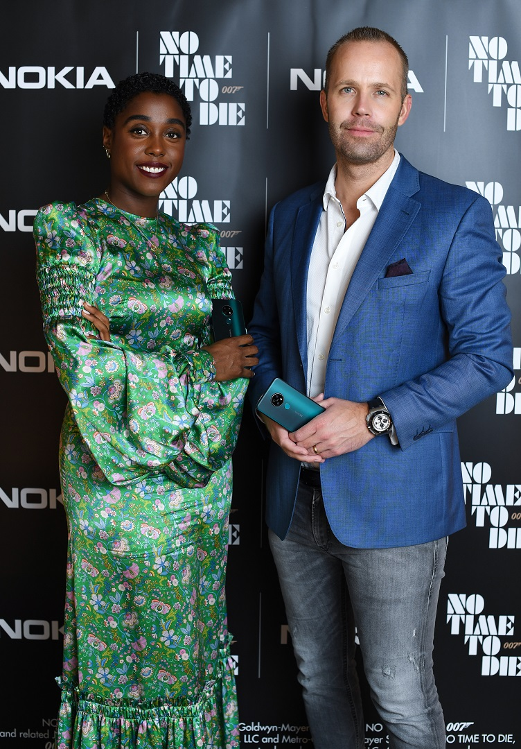 Lashana-Lynch-Juho-Sarvikas-with-Nokia-5G-phone