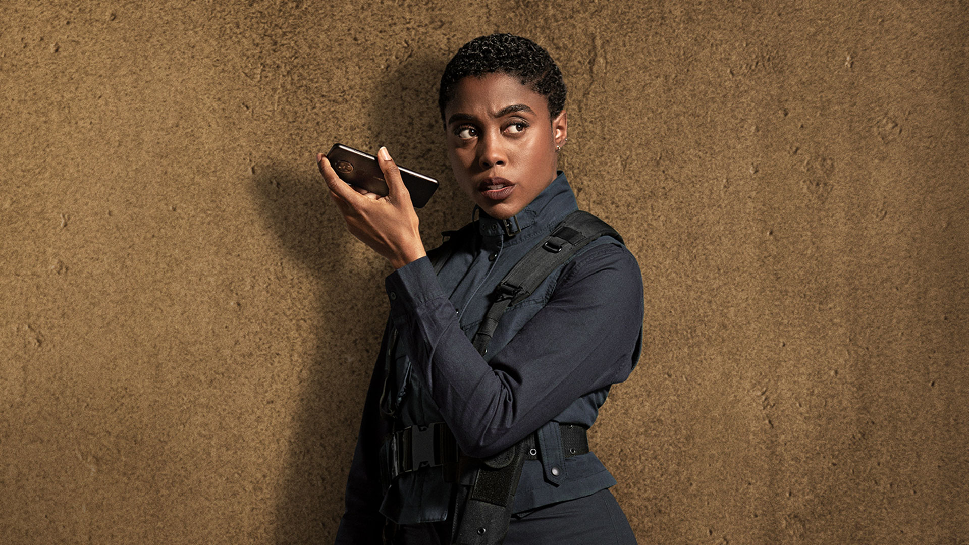 No Time To Die-Star Lashana Lynch with Nokia-5G-phone as Agent-Nomi