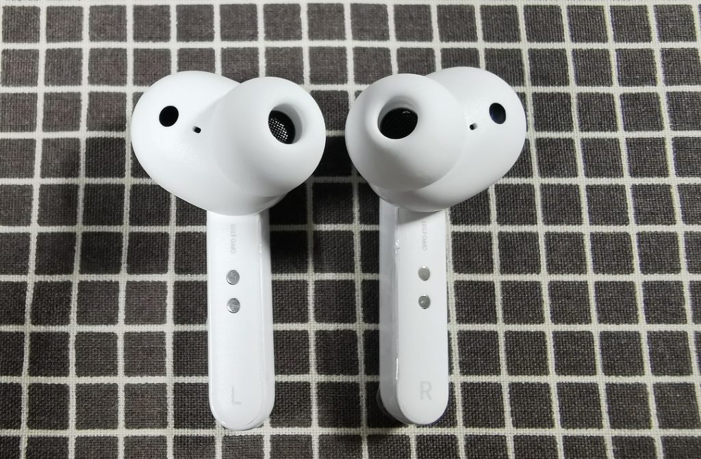 Oppo_ENCO_W31-Earbuds with charging pin on the inner side